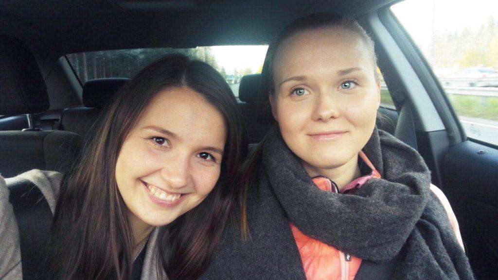 Elämyslahjojen Jannika ja Karoliine matkalla surffaamaan